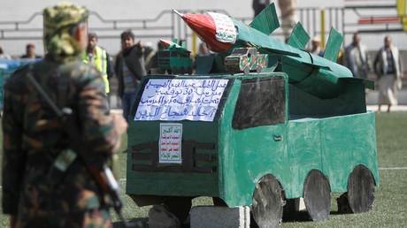 Un combattant houthi se tient devant une maquette de missile pour marquer les 1 000 jours de l'intervention saoudienne au Yémen, à Sanaa le 21 décembre 2017 (image d'illustration).