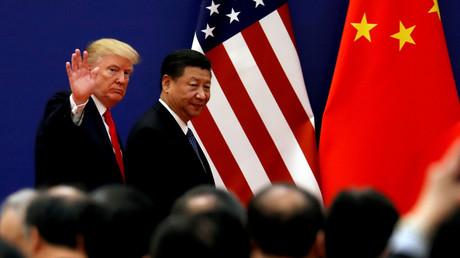 Le président américain Donald Trump et le président chinois Xi Jinping rencontrent des chefs d'entreprise au Grand Palais du peuple à Pékin, en Chine, le 9 novembre 2017 (illustration).