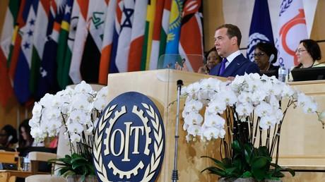 Le Premier ministre russe, Dmitri Medvedev, prend la parole lors de la session plénière de la Conférence internationale du Travail au Palais des Nations à Genève le 11 juin 2019.