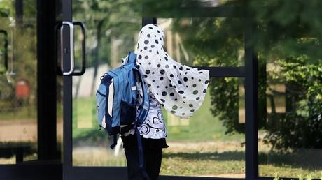 Le voile islamique restera finalement autorisé lors des sorties scolaires