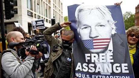 Manifestation pour la libération de Julian Assange devant le tribunal de Westminster, à Londres, en Grande-Bretagne, le 2 mai 2019.