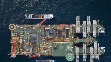 Vue aérienne de Pioneering Spirit, l'usine flottante qui pose les tuyaux de Nord Stream 2 au fond de la Baltique (photo d'illustration prise en février 2019).