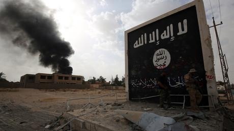 Drapeau de l'Etat islamique sur un mur en Irak.
