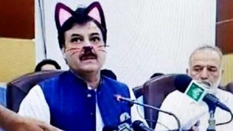 Un ministre d'une région pakistanaise affublé d'oreilles de chat virtuelles lors d'un live (IMAGES)