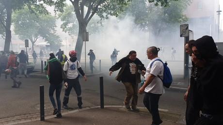 Gilets jaunes : les forces de l'ordre mettent le feu aux parasols d'un café à Toulouse (VIDEOS)