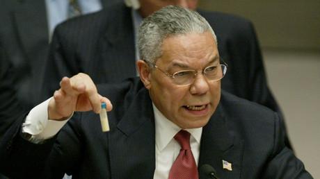 Colin Powell brandissant un flacon de poudre blanche censé 5 février 2003, devant le Conseil de sécurité des Nations unies, à New York.
