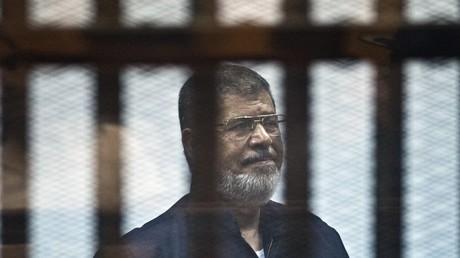 L'ex-président égyptien Mohamed Morsi lors de son jugement au Caire le 16 juin 2015.