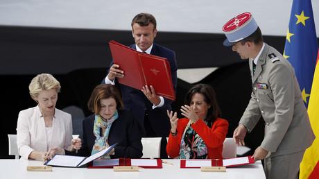 Le président français Emmanuel Macron, les ministres française des Armées, Florence Parly (centre), et allemande de la Défense, Ursula von der Leyen (gauche), ainsi que leur homologue espagnole Margarita Robles (droite), Le Bourget, le 17 juin.