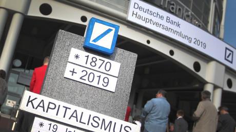En signe de protestation contre la gestion de la Deustche Bank, des petits actionnaires ont installé une maquette de pierre tombale portant l'année de naissance de la banque et celle supposée de sa mort : 2019, le 23 mai 2019 à Francfort (ouest de l'Allemagne) le 23 mai 2019.