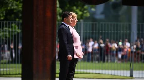 Angela Merkel prise de tremblements lors d'une cérémonie officielle (VIDEO)