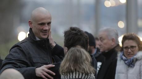 Christophe Dettinger avec ses proches à la sortie de la prison de Fleury-Merogis (91) le 20 février 2019.