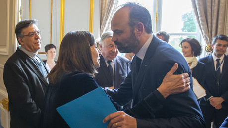 Edouard Philippe embrassant Anne Hidalgo le 17 avril 2019 à Paris (image d'illustration).