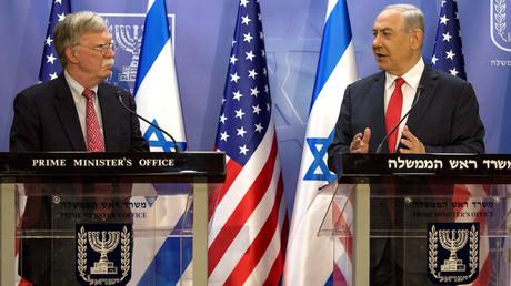 Le conseiller à la Sécurité nationale américain John Bolton  (gauche- au côté du Premier ministre israélien Benjamin Netanyahou, le 23 juin 2019.