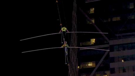 Performance acrobatique : deux acrobates franchissent un câble à 396 mètres de haut à Times Square