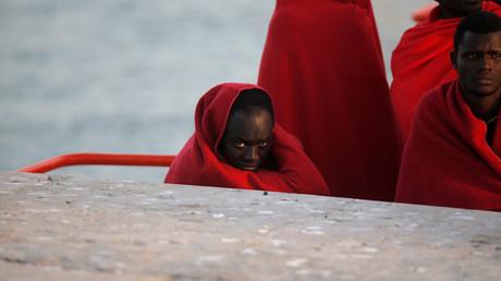 Crise migratoire  : comment les passeurs abandonnent les migrants sur un canot en pleine mer (VIDEO)