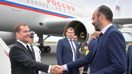 Edouard Philippe accueille Dmitri Medvedv à l'aéroport du Havre le juin.