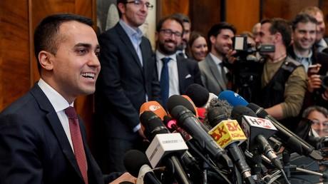 Le chef du Mouvement des cinq étoiles (M5S) et vice-président du Conseil, Luigi Di Maio (à gauche), répond aux questions des journalistes lors d'une conférence de presse à Rome, le 27 mai 2019, (illustration).
