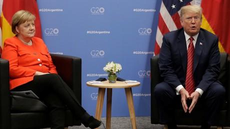 Le président américain Donald Trump et la chancelière allemande Angela Merkel assistent à une réunion lors du sommet des dirigeants du G20 à Buenos Aires, en Argentine, le 1er décembre 2018.