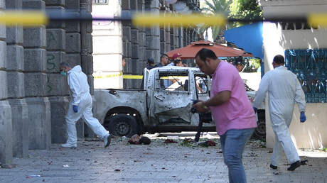 la police scientifique tunisienne sur l'avenue Habib Bourguiba, principale artère de la capitale tunisienne, théâtre d'un attentat, le 27 juin 2019.