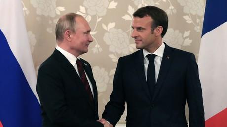 Le président russe Vladimir Poutine et son homologue français Emmanuel Macron le 28 mai en marge de G20 à Osaka, au Japon.