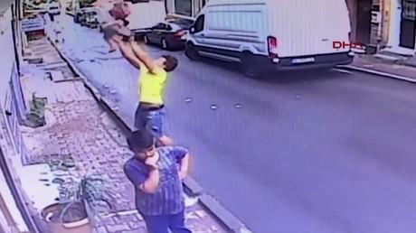 Un adolescent sauve un enfant d'une chute de deux étages !