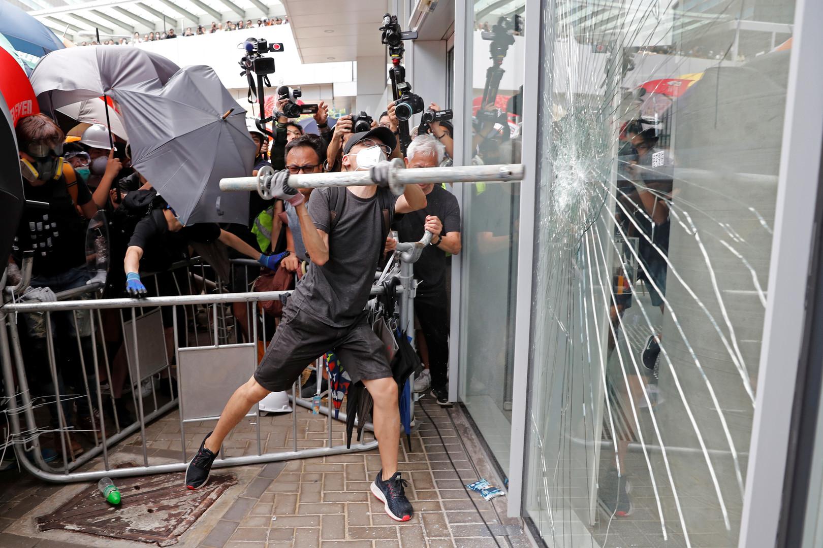 Des manifestants pénètrent dans le parlement de Hong Kong (IMAGES)