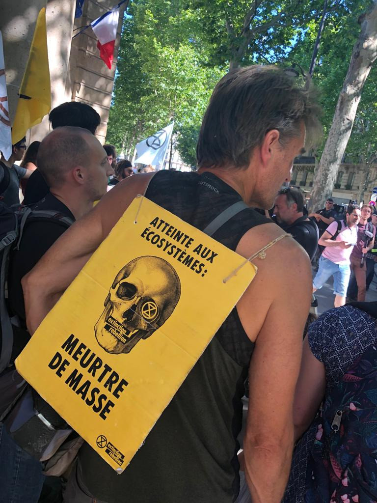 Une semaine après leur évacuation, des militants d'Extinction Rebellion reviennent à Paris (IMAGES)
