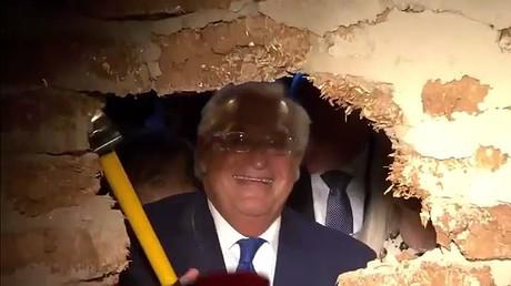 L'ambassadeur américain en Israël David Friedman abat une cloison de la Voie des Pèlerins à Jérusalem.