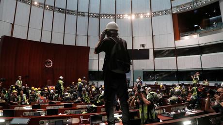 Manifestants dans le Conseil législatif (LegCo), le parlement de Hong Kong.