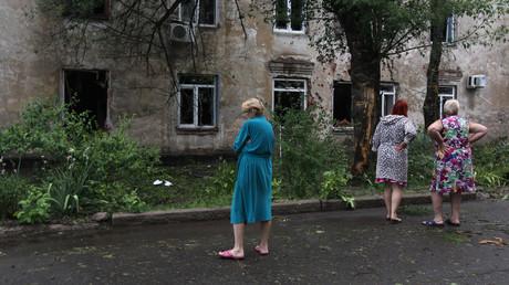 Des civils constatent les dégâts après un bombardement de l'armée ukrainienne sur Lougansk (Donbass) en juin 2019.