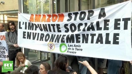 Blocage du siège d'Amazon à Paris par les Amis de la Terre, ANV Cop 21 et des Gilets jaunes le 2 juillet à Paris.