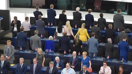 Les députés du Parti du Brexit tournent le dos lors de l'interprétation de l'Ode à la joie, au Parlement européen, à Strasbourg, en France.