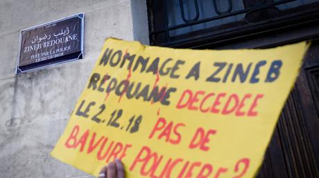 Un manifestant brandit une pancarte en hommage à Zineb Redouane (image d'illustration).