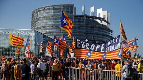 Des Catalans manifestent devant le Parlement européen contre l'exclusion d'élus indépendantistes