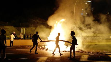 Des membres israéliens de la communauté éthiopienne bloquent une route dans la ville côtière de Netanya, en Israël, le 2 juillet 2019, pour protester contre le meurtre de Solomon Teka (image d'illustration).