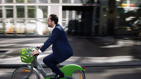 Mounir Mahjoubi prenait la pose sur un Vélib' parisien le 14 juin 2019 (image d'illustration).