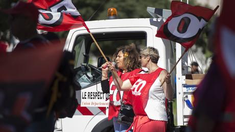 Manifestantes brandissant les drapeaux du syndicat Force Ouvrière (FO) alors que lors d'un mouvement national de travailleurs contre la politique gouvernementale en matière de retraites le 14 juin 2018 à Marseille (illustration).