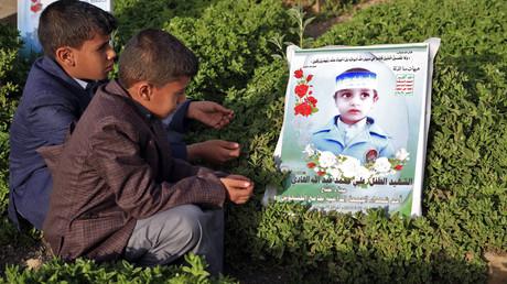 Des enfants yéménites visitent la tombe de proches dans la capitale, Sanaa, le 5 juin 2019.