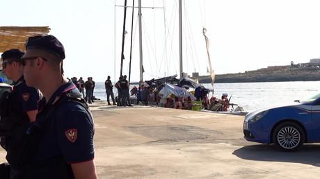 Des policiers italiens se déploient près d'un voilier qui vient d'accoster à Lampedusa  avec 41 migrants à bord, le 6 juillet 2019.