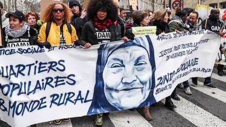 Manifestation contre les violences policières à Paris, le 2 février 2019. Sur la banderole apparaît Zineb Redouane.