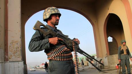 Un policier afghan positionné devant un check-point dans la ville de Ghazni (image d'illustration).
