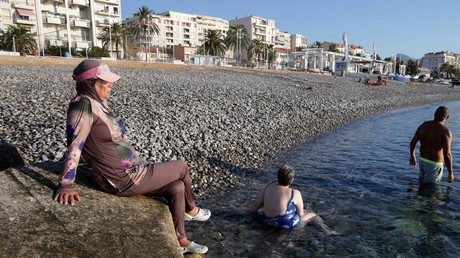 Une femme porte un burkini le 26 août 2016 sur la plage de Carras, à Nice (image d'illustration).