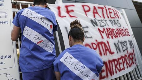 Des médecins urgentistes protestent contre leurs conditions de travail à l'entrée de l'hôpital de la Pitié-Salpêtrière à Paris, le 15 avril 2019 (image d'illustration).