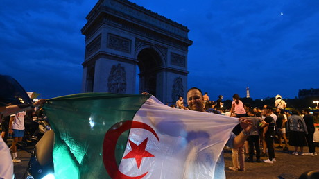 Les supporters algériens célèbrent la victoire de leur équipe près de l'Arc de Triomphe, à Paris, le 11 juillet 2019 (image d'illustration).