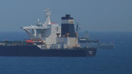 Une patrouille britannique surveille le pétrolier Grace 1, soupçonné de transporter du pétrole iranien en Syrie, alors qu'il est ancré dans les eaux territoriales britanniques d'outre-mer de Gibraltar, le 4 juillet 2019.