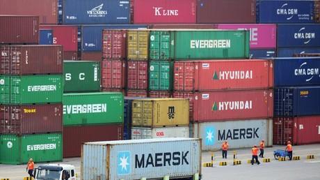 Un camion emporte un conteneur sur le port de Qingdao dans la province du Shandong au nord-est de la Chine, le 11 juillet 2019.