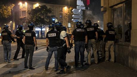 Des forces de l'ordre positionnées à Lyon lors de débordements nocturnes après la victoire algérienne face au Nigeria (image d'illustration).