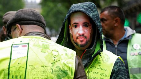 Un manifestant Gilet jaune porte un masque représentant Alexandre Benalla, le 5 mai 2019 (image d'illustration).