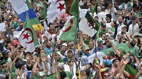Des manifestant défilent à Alger pour réclamer le départ des proches d'Abdelaziz Bouteflika encore aux responsabilités, le 24 mai 2019 (image d'illustration).