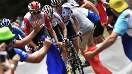 Tour de France : il expose son postérieur aux coureurs... et reçoit une fessée (VIDEO)